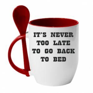 Kubek z ceramiczną łyżeczką It's never too late to go bsck to bed - PrintSalon